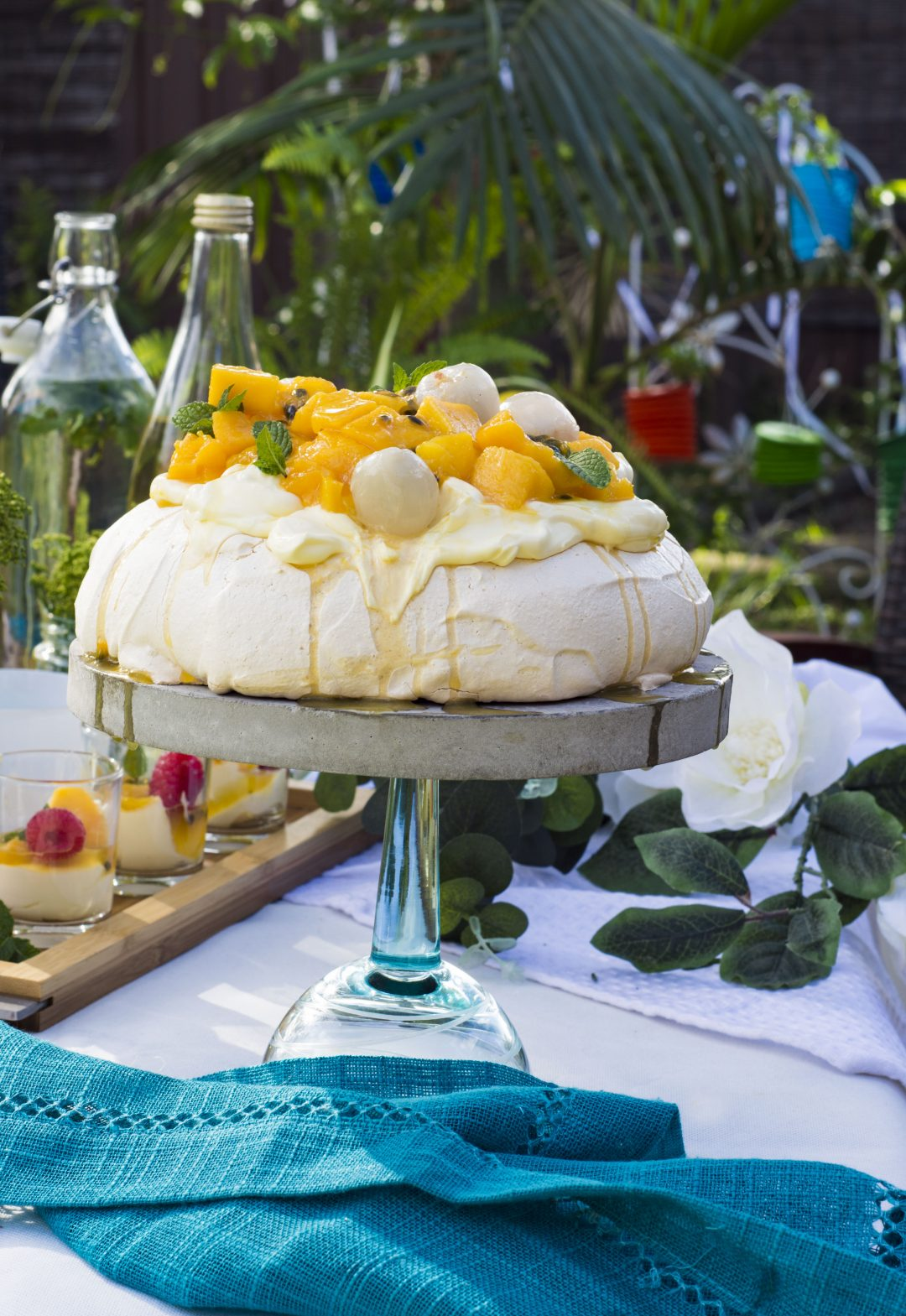 Perfect Pavlova with mangoes